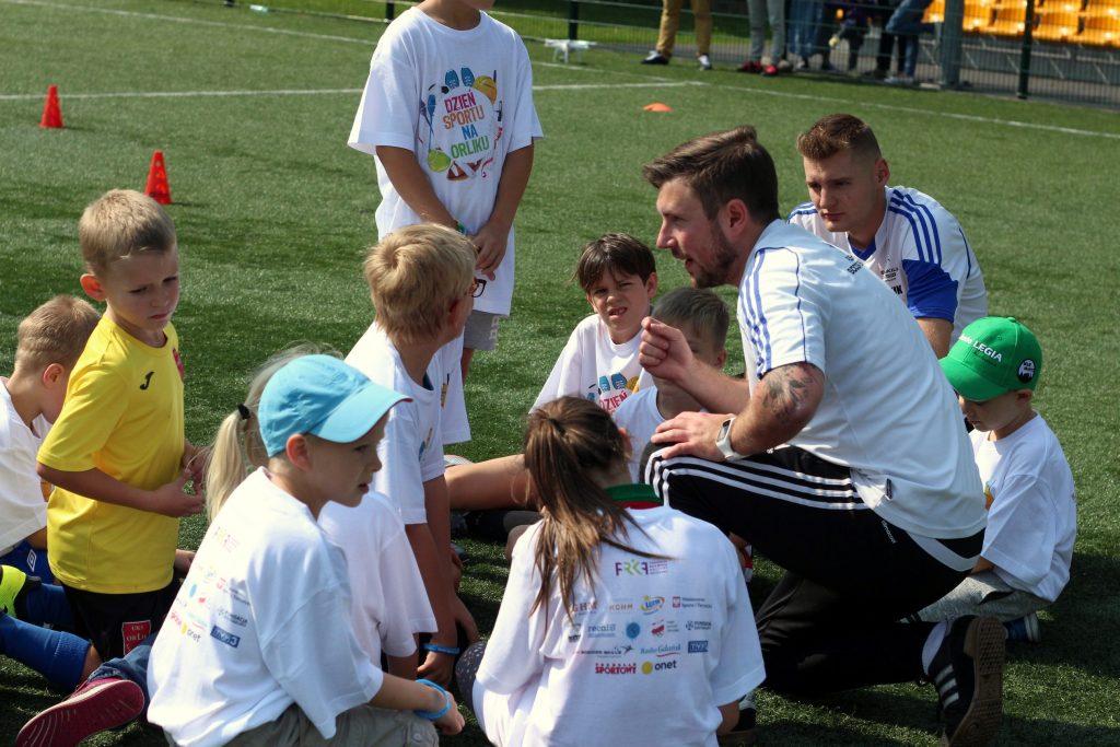 Dzieci na orliku z trenerem